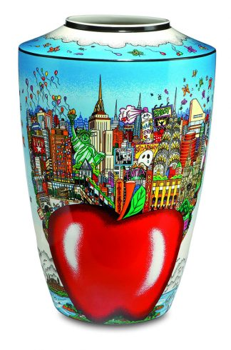 A vase featuring Fazzino artwork of a New York cityscape with the Big Apple in the center